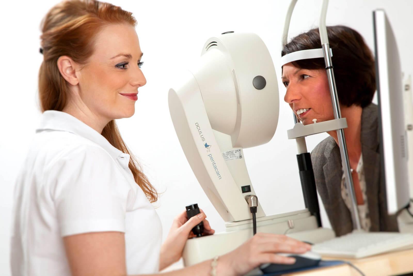 Oculus Pentacam Untersuchung beim Augenarzt im Augenzentrum